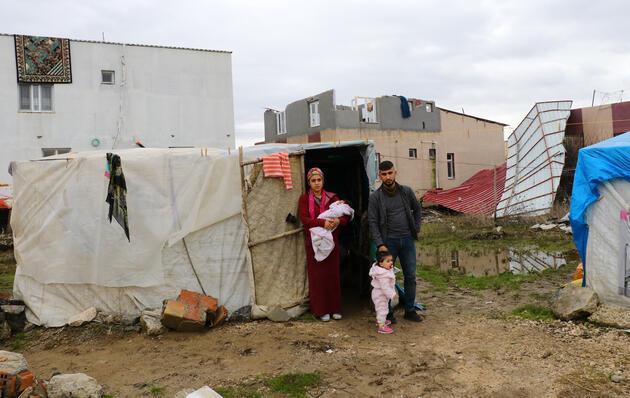 Hortumda evlerinin çatısı uçan aile yardım bekliyor