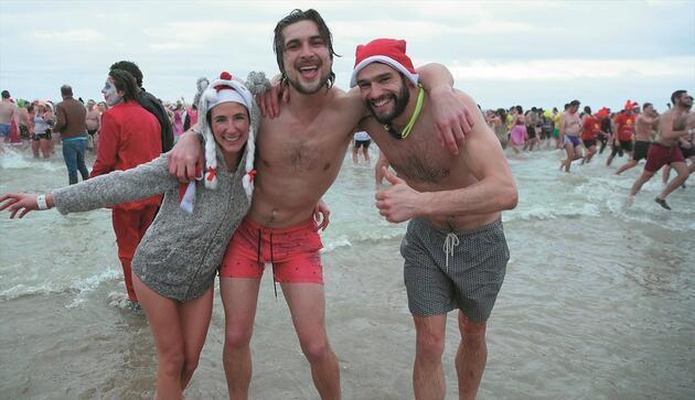 Dondurucu soğuğa aldırış etmeden denize girdiler