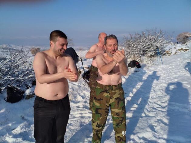 """Eksi 15 derecede """"kar banyosu"""" yaptılar"""