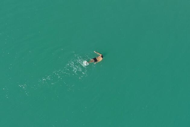 Antalya'da vatandaşlar ısınmak için denize girdi