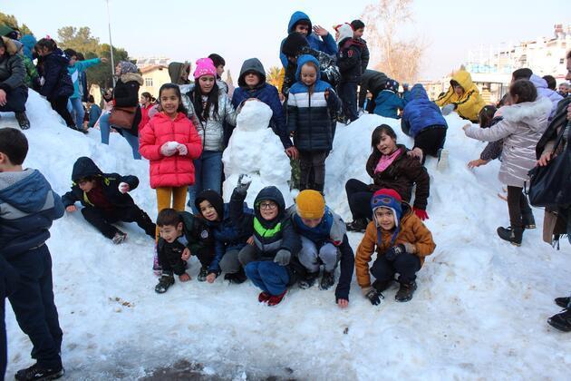 Çocuklar taşıma karla eğlendiler