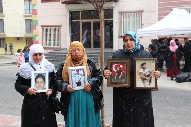 Diyarbakır'da kar altında evlat nöbeti! 137 gündür bekliyorlar!