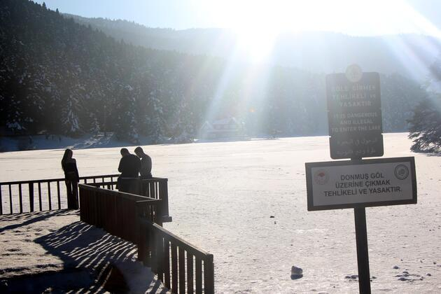 Buz tutan gölün üzerinde bebek pusetiyle yürüdü