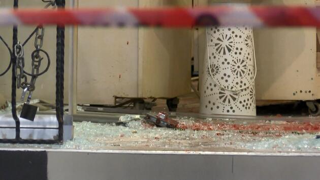 Elinde pala ile restorana girdi! Polis ayağından vurdu, hayatını kaybetti