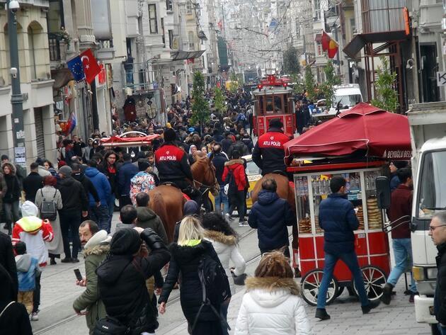 Taksim'de atlı polislerin geçidi turistlerden ilgi gördü