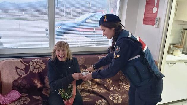 Çocuklar için İngiltere'den Nepal'e gitmek için yola çıktı