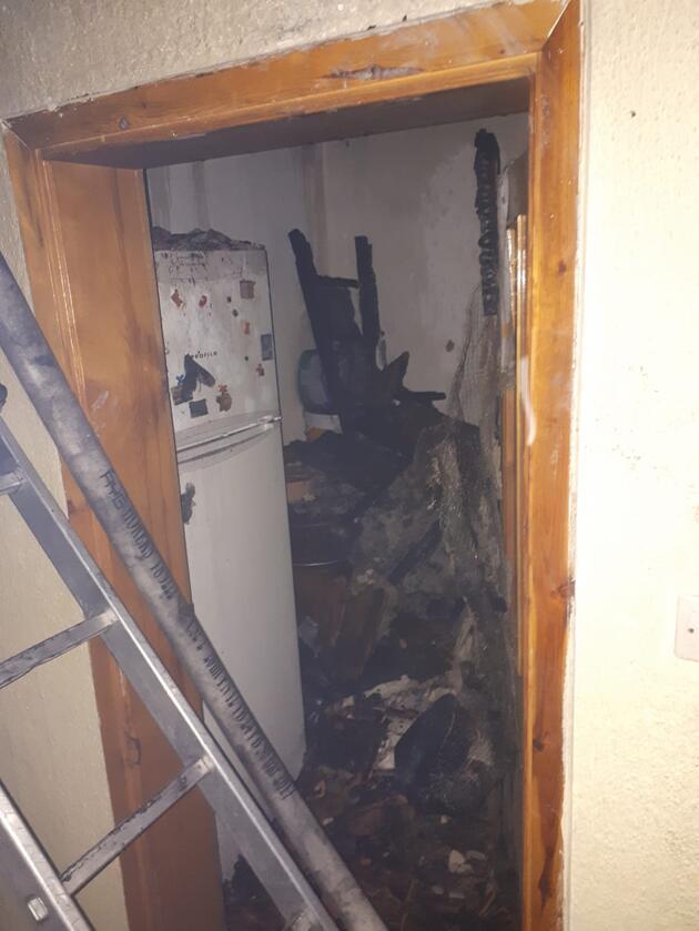 Çatıda çıkan yangın eve sıçradı