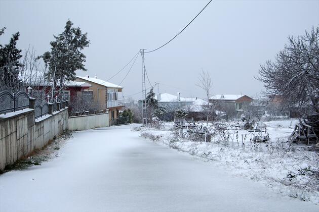 İstanbul'da kar yağışı başladı! O semtler beyaza büründü...