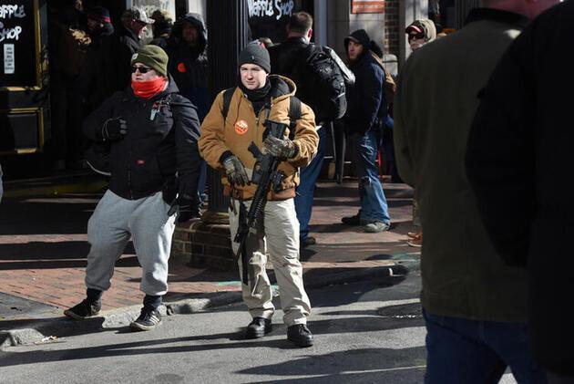 ABD'de 22 bin kişi ellerinde otomatik silahlarla sokağa çıktı!