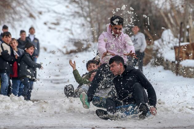 9. gezegen Bahçesaray'da sokaklar kayak pistine döndü