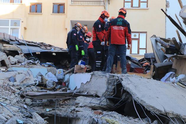 Mustafa Paşa Mahallesi'ndeki enkazda bir kadın aranıyor