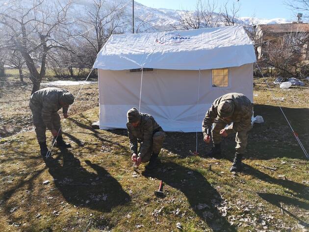 MSB: Mehmetçik çadır kurma faaliyetlerine devam ediyor