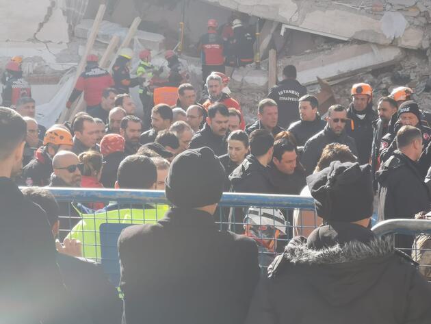 Yan yatan bina, Bakan Kurum yanından geçtiği sırada sallandı
