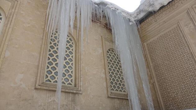 Yüksekova'da 5 metrelik buz sarkıtı görenleri şaşırttı