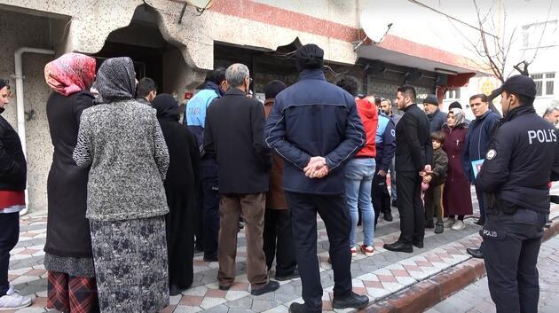 Vatandaşlar ağır hasarlı binayı terk etmiyor