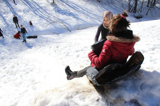 Piknik yapıp, kızaklarla karın keyfini çıkardılar
