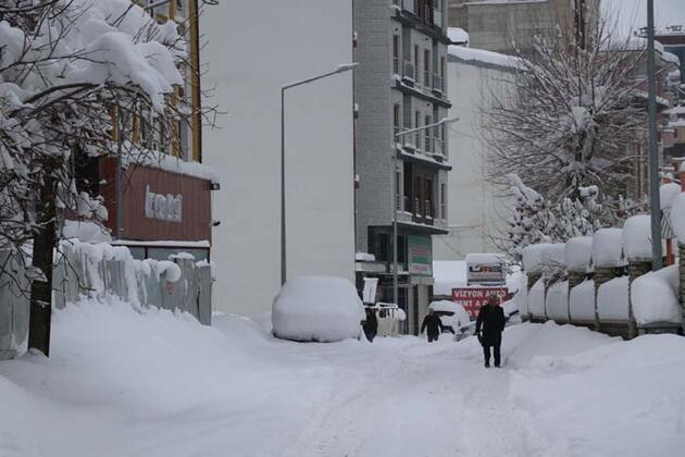 Van'da kar kalınlığı 1 metreyi aştı; 687 yerleşim yerine ulaşılamıyor