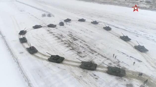 Rusya'da sıra dışı görüntüler: Asker, 16 tankla evlilik teklif etti!