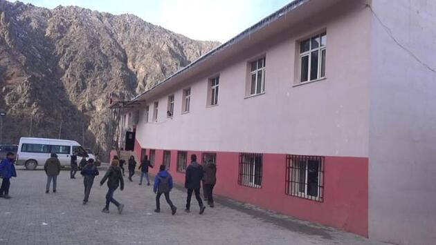 384 basamaklı merdivenle okullarına ulaşıyorlar