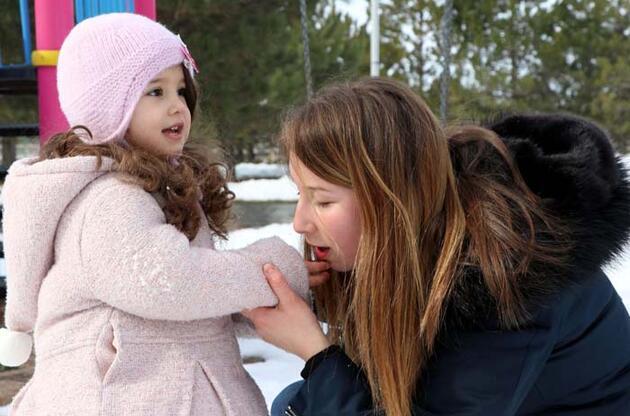 'Koronavirüs' karantinasının taburcu edilen en küçük üyesi Naz karın keyfini çıkardı