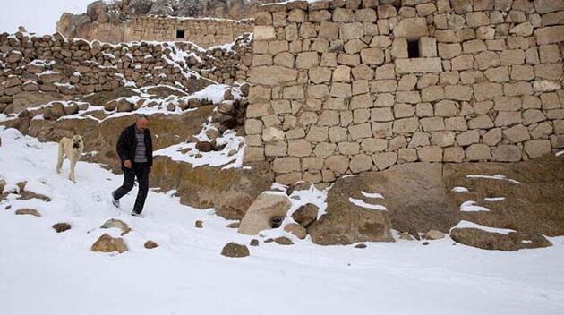 300 kişilik köyde tek başına yaşıyor