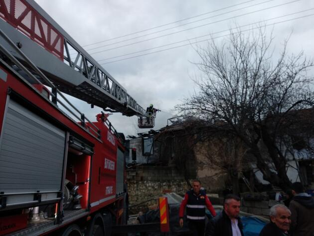İki katlı ahşap ev alev alev yandı