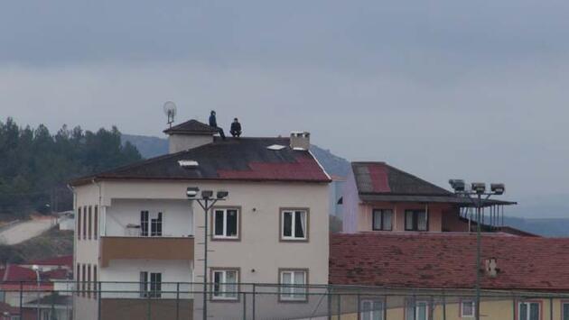 Apartman çatısından maç izlediler