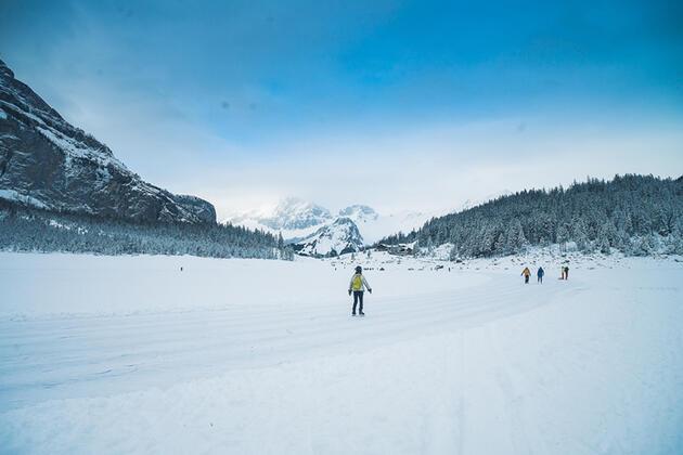 Oeschinensee Gölü buzla kaplanmış haliyle hayran bırakıyor!