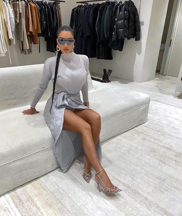 Kim Kardashian'dan bikinili paylaşım