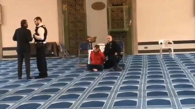 Londra'da camide bıçaklı saldırı... Johnson: Derin üzüntü duydum