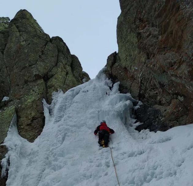 Buz tutan şelaleye tırmandılar