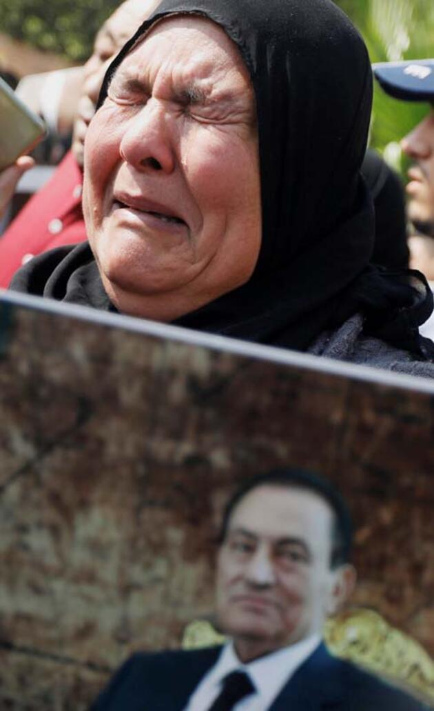 Mısır'ın eski Cumhurbaşkanı Mübarek için askeri cenaze töreni düzenlendi