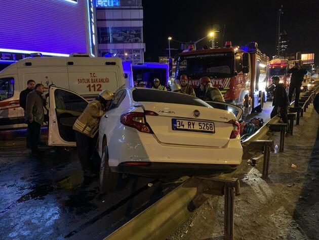 Otomobil, duraktaki otobüse arkadan çarptı: 2'si ağır, 3 yaralı