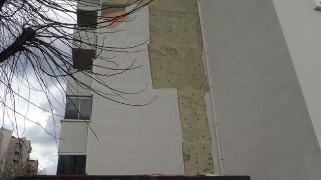 Şiddetli rüzgar apartmanın dış cephesini söktü