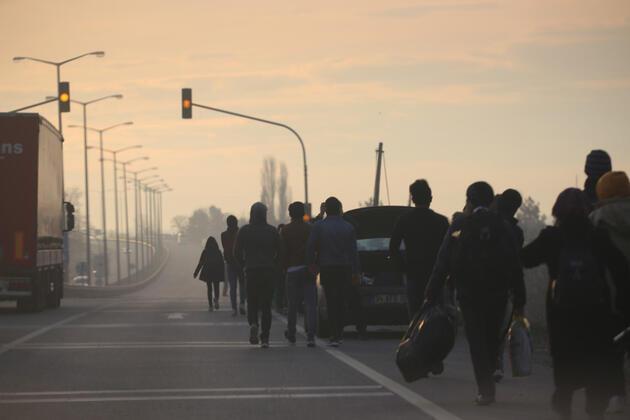 Edirne'de göçmenler Yunanistan sınırına yürüyor