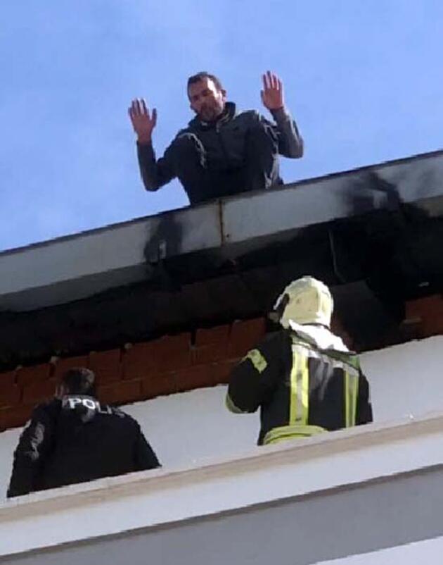 Parasını alamadığını iddia edip çatıya çıktı
