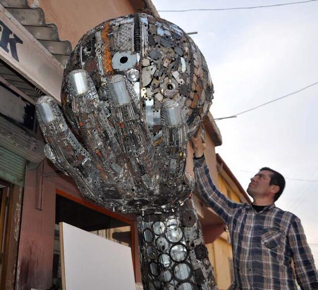 Hurda parçalarından 'barış' için el üzerinde dönen dünya heykeli yaptı