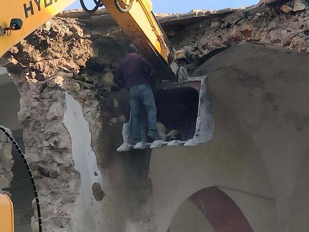 Cami yıkımında bulunan küpler heyecan yarattı... Duyan oraya koştu