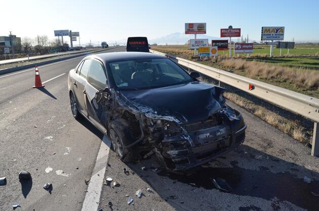 Kaza yapan otomobilde sıkıştı
