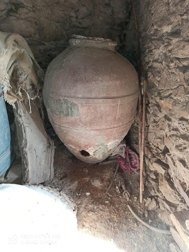 Evin mahzeninde 700 yıllık küpler bulundu