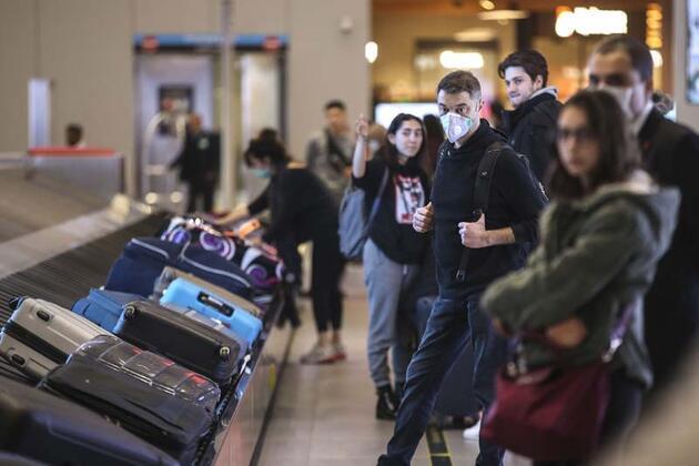 İngiltere'deki Türk vatandaşlarını taşıyan uçak İstanbul'a geldi