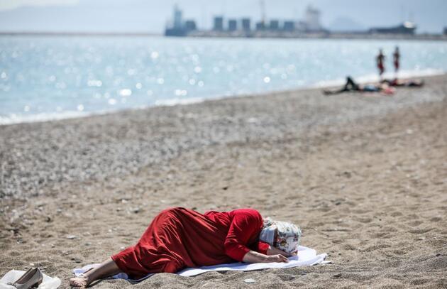 Antalya'da güneşi gören denize girdi