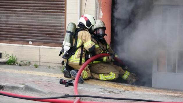 Polisten yangını izleyen kalabalığa: Yangın söner ama virüs sönmüyor