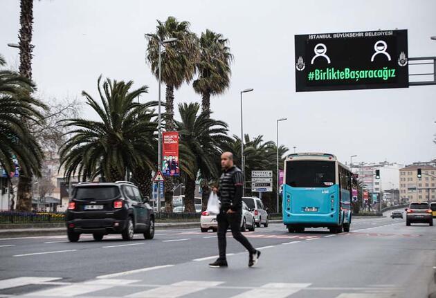 """İstanbul'da trafik tabelalarında """"Evde Kal"""" uyarısı"""