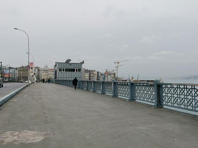Karaköy'de yasağa rağmen balık tutmaya devam ettiler