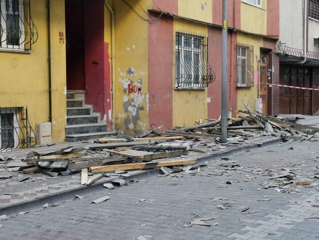 Fırtına çatıyı uçurdu! Ortalık savaş alanına döndü
