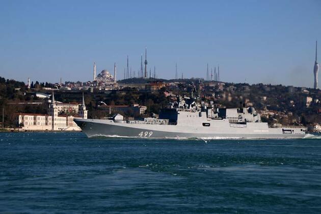 Rus savaş gemileri peş peşe Boğaz'dan geçti
