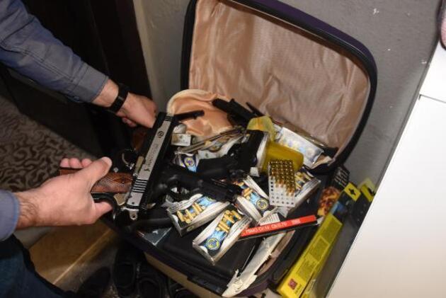 Uzaklaştırma kararı nedeniyle evden almaya çalıştığı valizden cephanelik çıktı