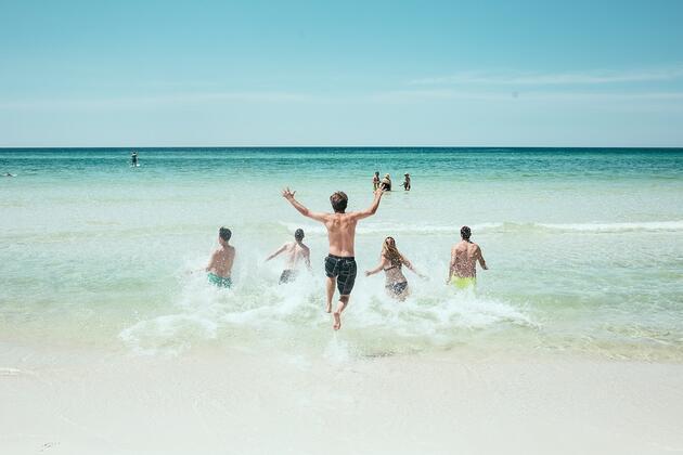Denizde ve havuzda koronavirüs riski var mı? Prof. Dr. Osman Müftüoğlu yazdı...