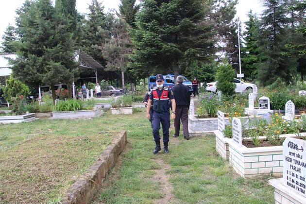 Jandarma sayesinde eşinin mezarını görüp, dua etti